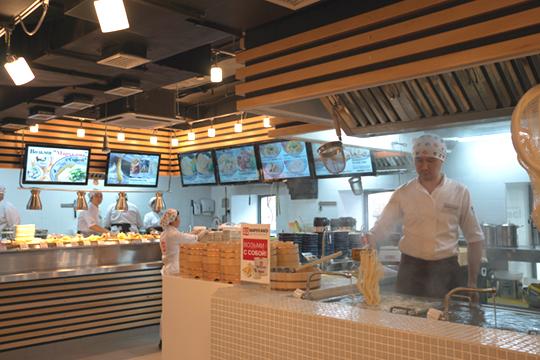 丸亀製麺 モスクワの店内