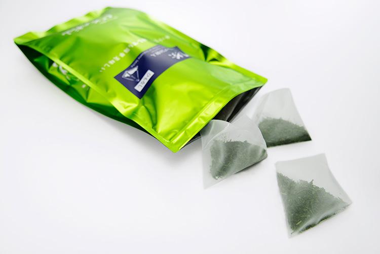 ひも(タグ)が付いていないからマイボトルにも水出し用のフィルターインボトルにも最適な緑茶のティーバッグです。
